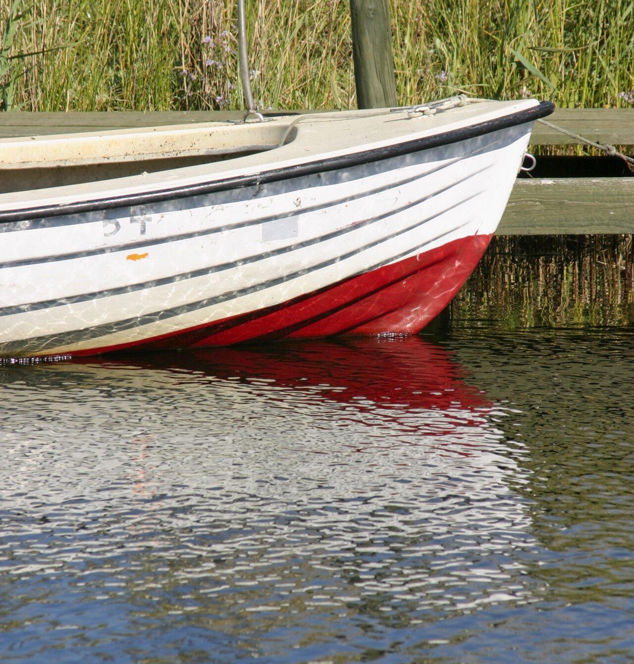 Bug eines Bootes im Hafen