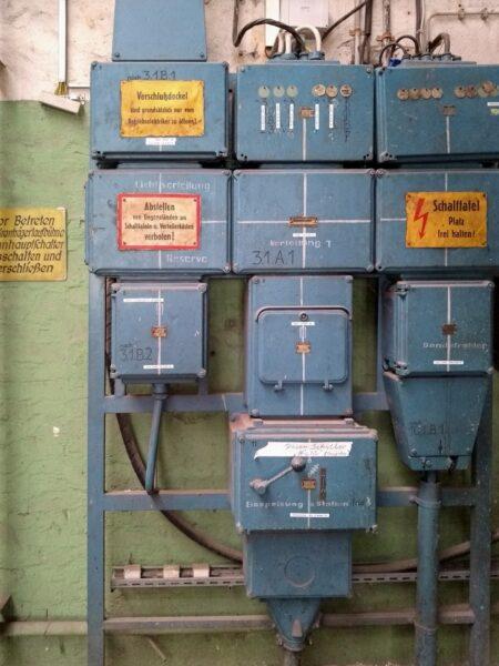 Schaltkasten-Mosaik, an der Wand befestigt, in einer alten Werkhalle