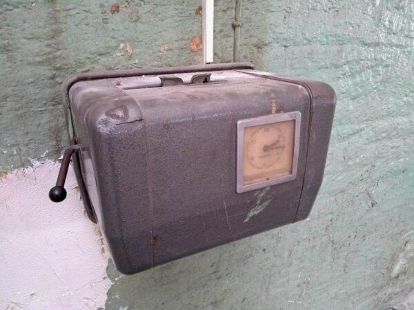 Stech-Uhr zur Arbeitszeiterfassung in einer alten Werkhalle