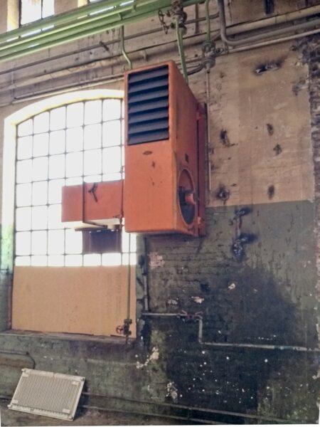 Typischer Groß-Heizlüfter in alter Werkhalle