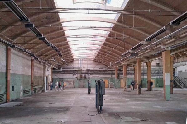 Blick in eine leere Werkhalle