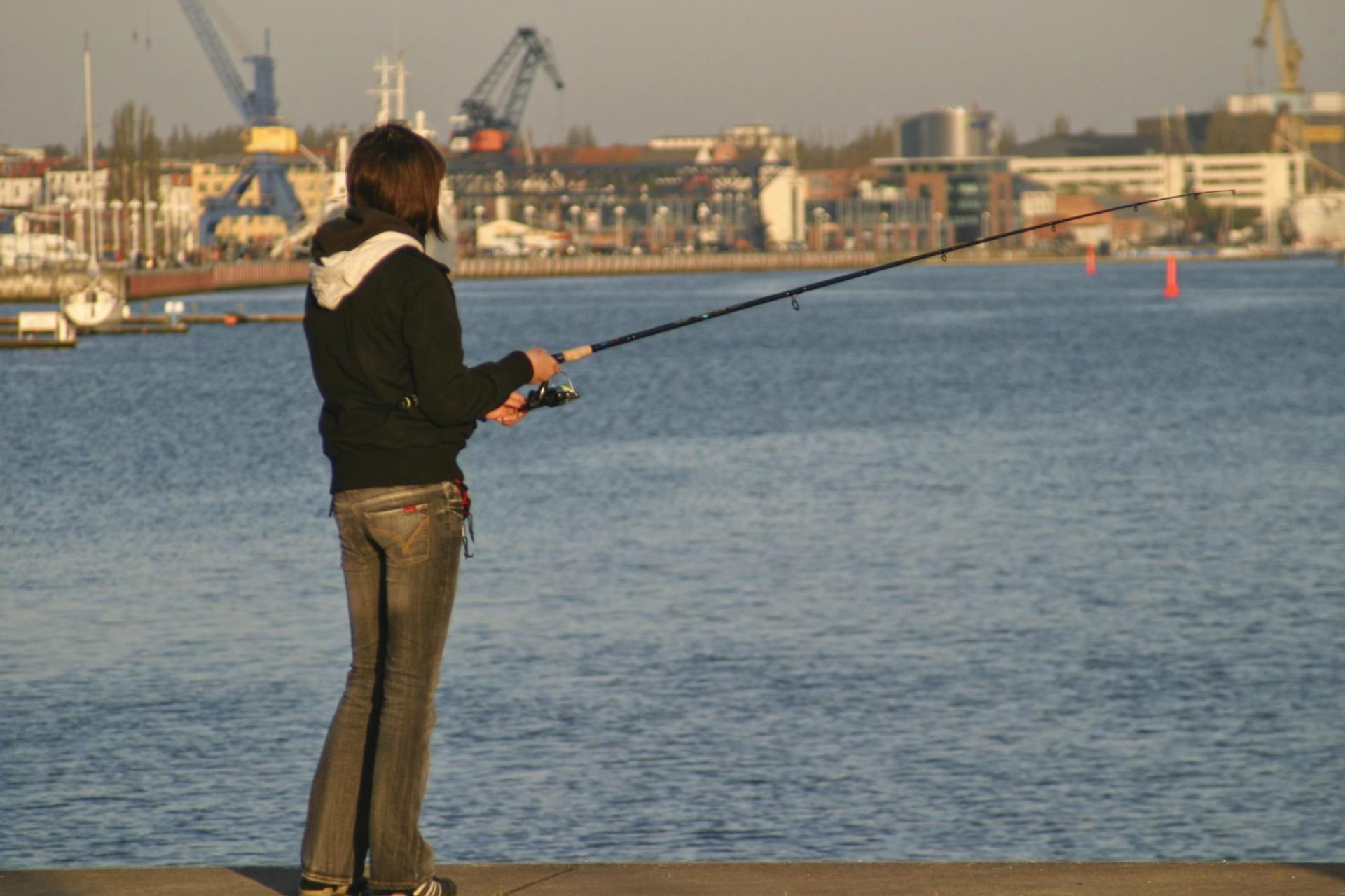 Anglerin im Stadthafen