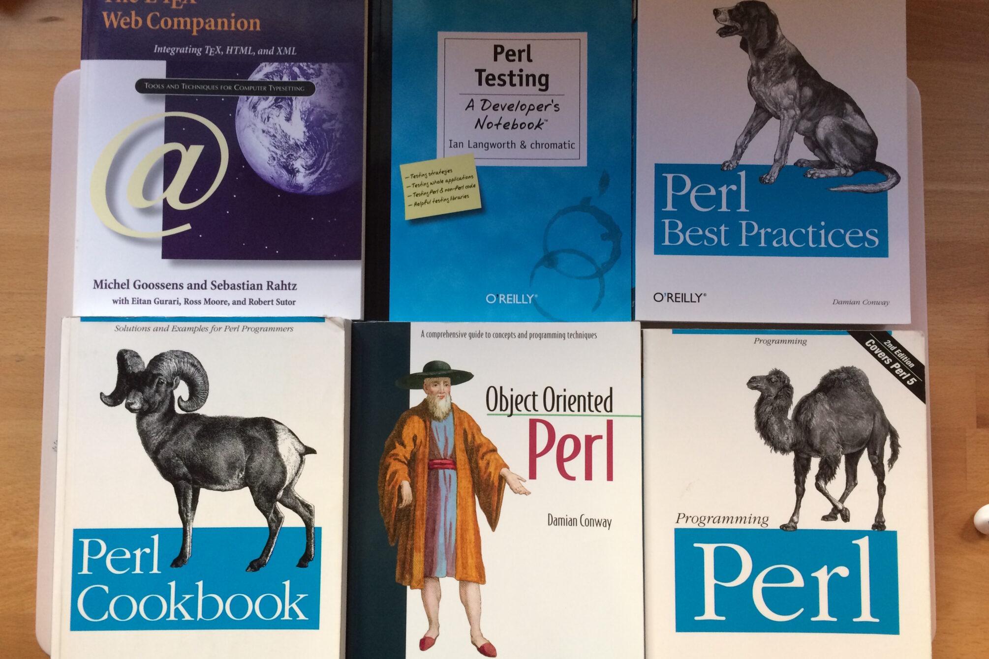 Perl-Bücher und ein LaTeX-Buch, auf einem Tisch ausgelegt