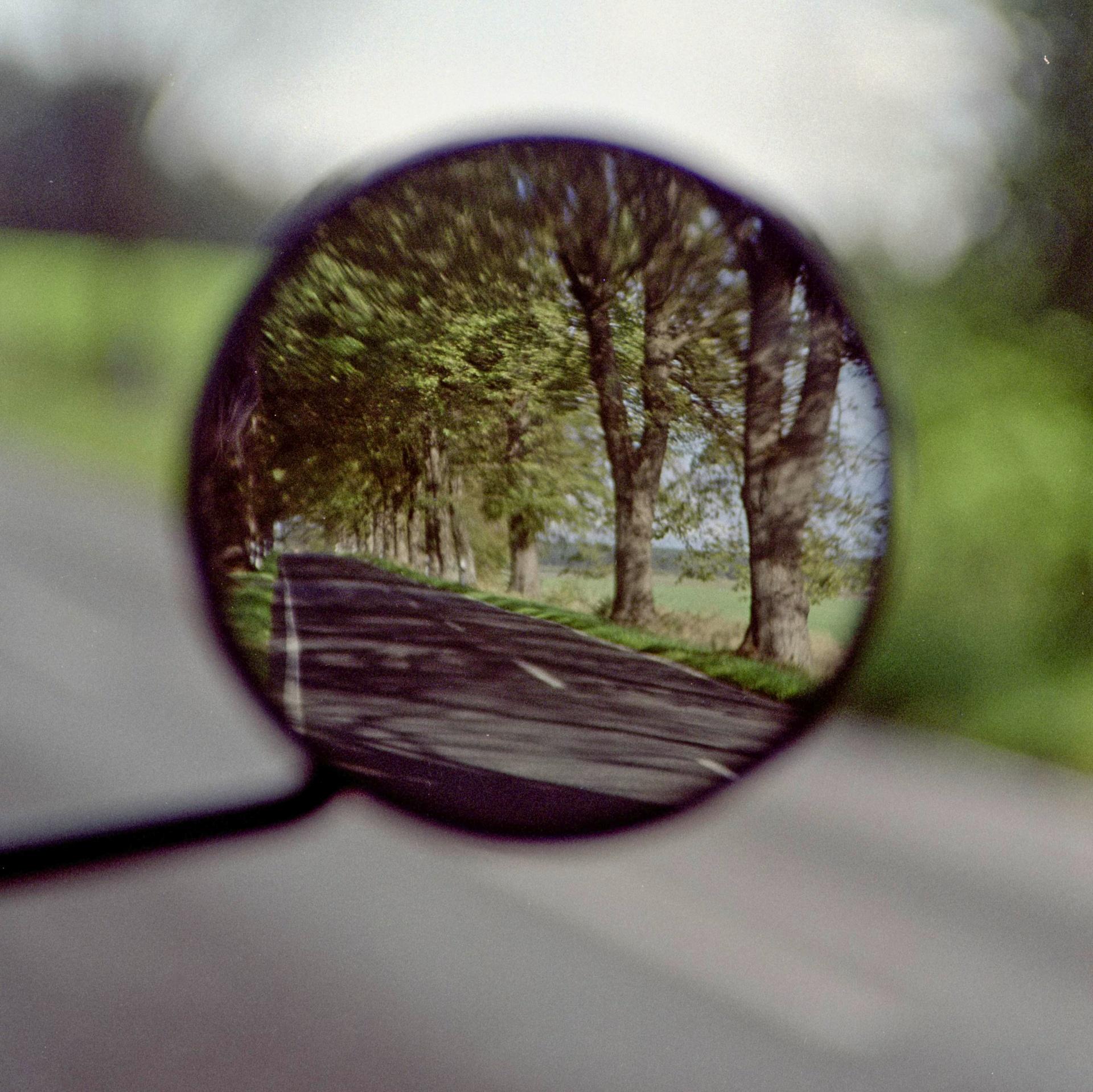 Straße im Motorrad-Seitenspiegel betrachtet