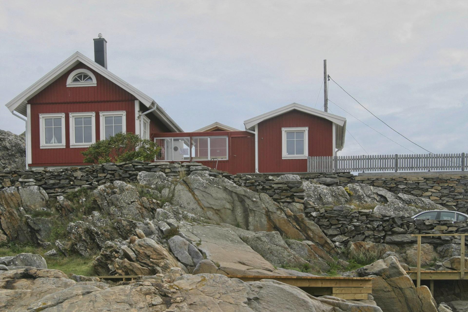 Rote Häuser auf Felsen