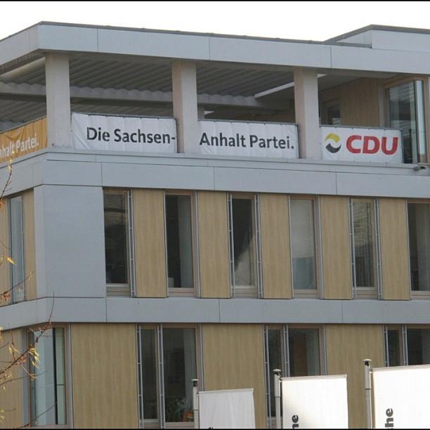 """""""Volkspartei""""-Plakate an der CDU-Zentrale Sachsen-Anhalt"""